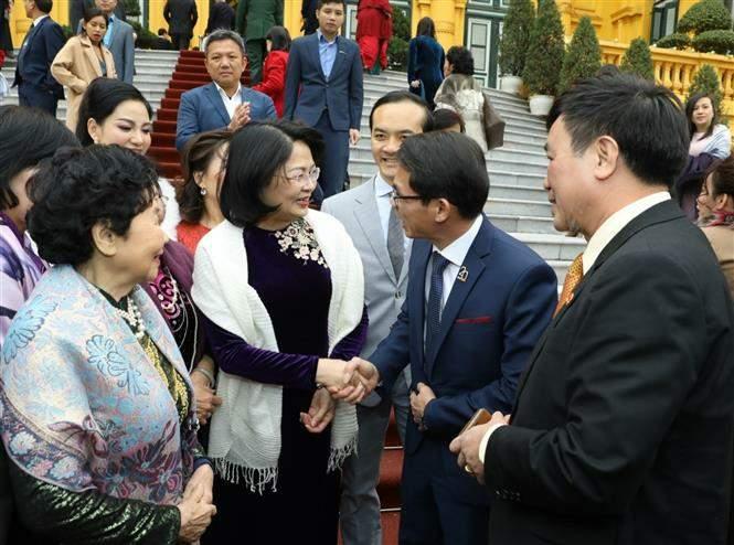 Phó Chủ tịch nước Đặng Thị Ngọc Thịnh với các nhà tài trợ Quỹ Bảo trợ trẻ em Việt Nam. Ảnh: Văn Điệp/TTXVN