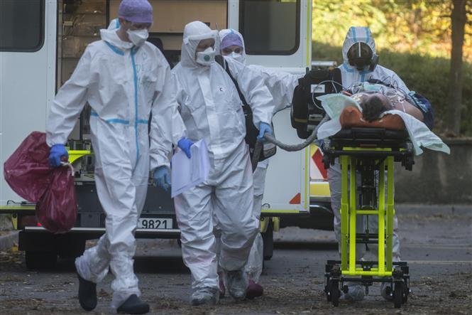 Nhân viên y tế chuyển bệnh nhân COVID-19 tới bệnh viện tại Praha, CH Séc, ngày 6/11/2020. Ảnh: AFP/TTXVN