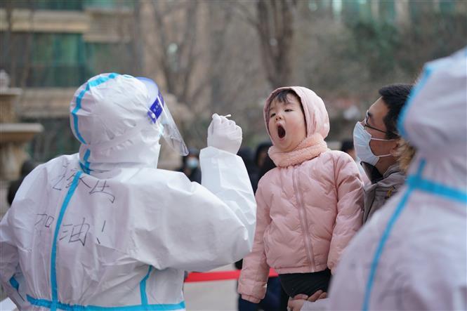 Nhân viên y tế lấy mẫu xét nghiệm COVID-19 tại tỉnh Hà Bắc, Trung Quốc, ngày 6/1/2021. Ảnh: THX/TTXVN