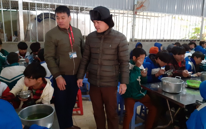 Thầy Nguyễn Quang Ngân, phòng Giáo dục và Đào tạo Điện Biên Đông kiểm tra công tác chăm sóc học sinh tại xã Háng Lìa.