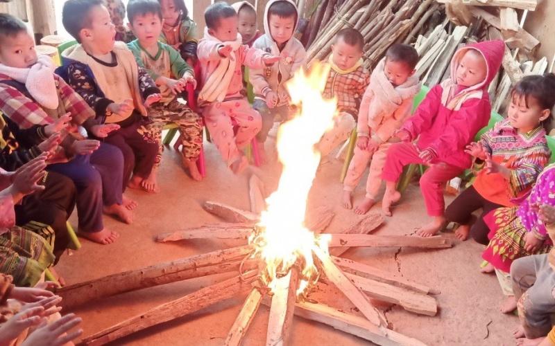 Với các cháu học sinh mầm non ở huyện Nậm Pồ, giáo viên phải đốt lửa sưởi chung cho các cháu