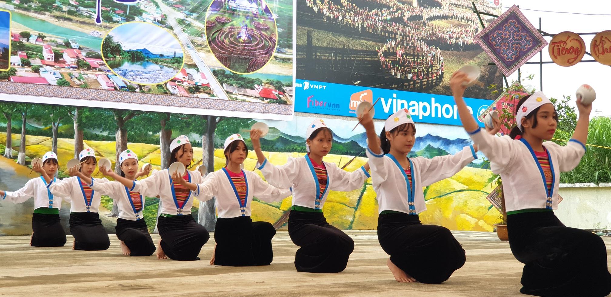 Các em học sinh biểu diễn các điệu múa truyền thống của dân tộc