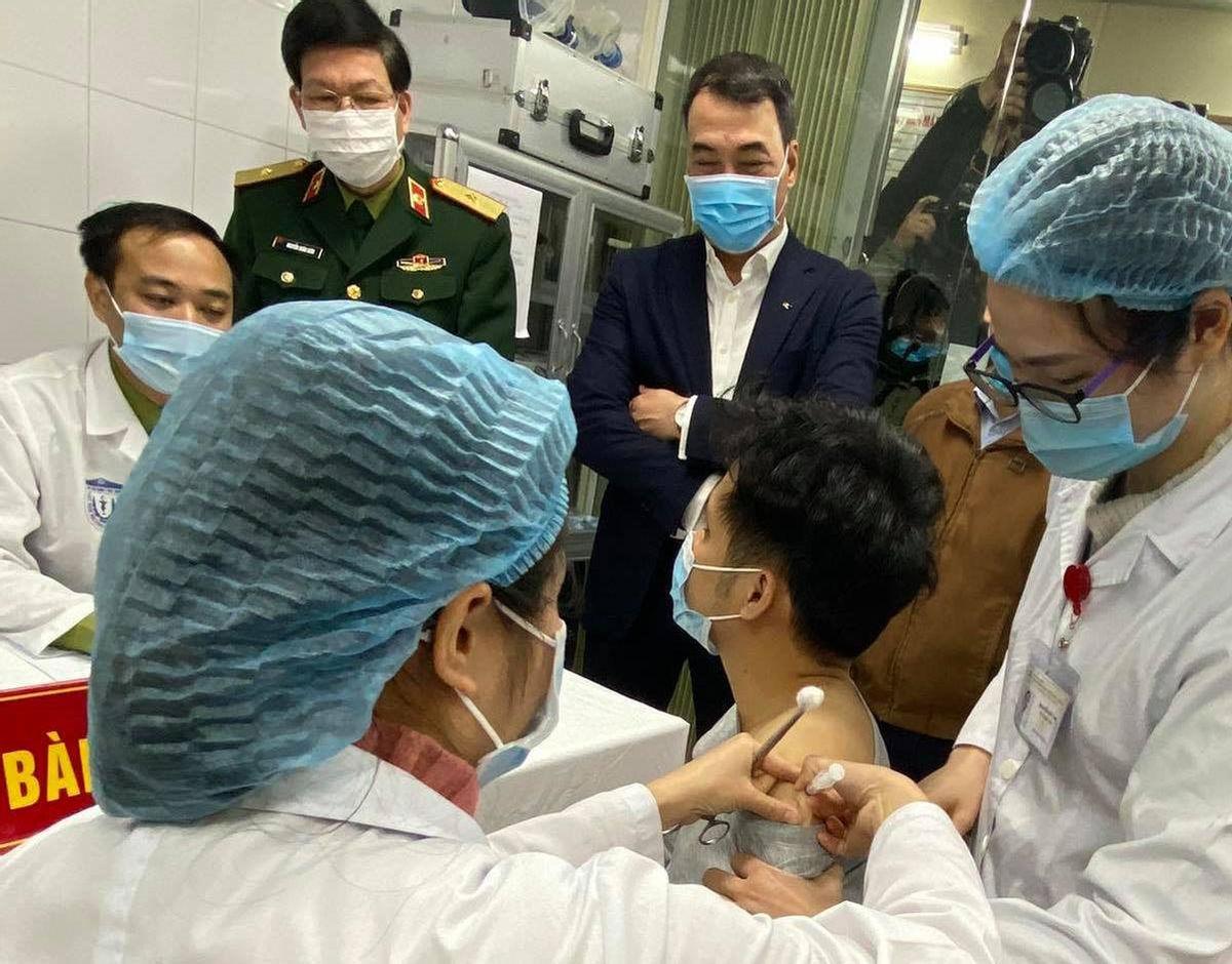 Những người Việt Nam tình nguyên đầu tiên tiêm thử nghiệm Vaccine ngừa Covid-19. (Nguồn: internet)