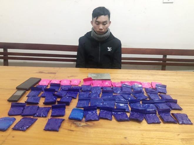 Vận chuyển 1 bánh heroin và 12.400 viên hồng phiến 1