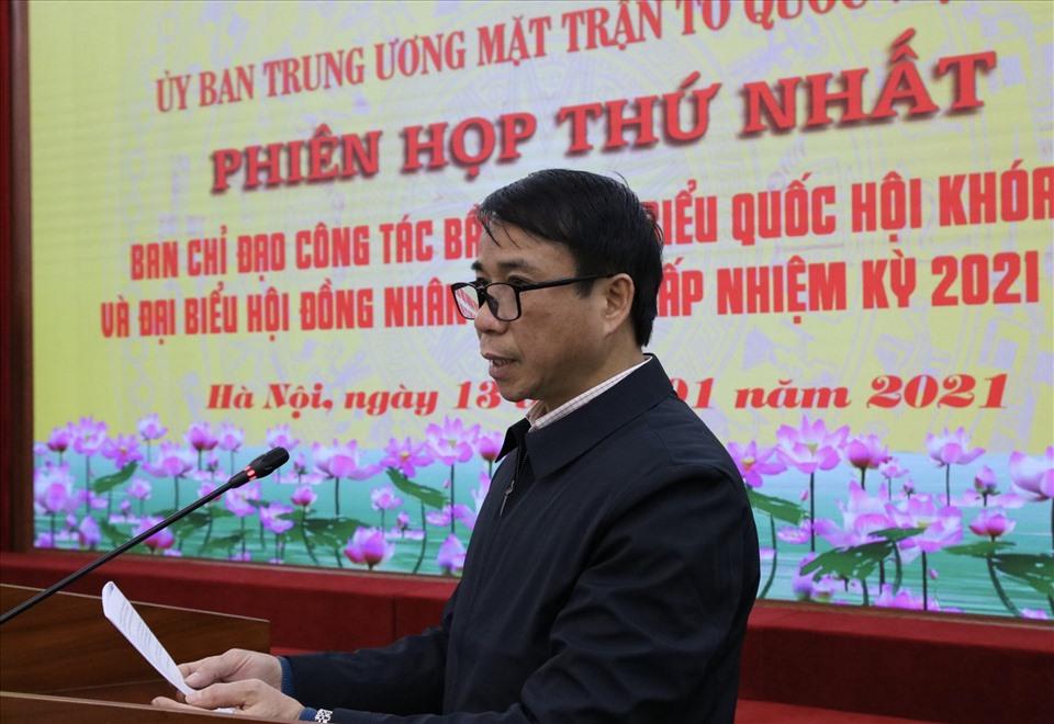 Ông Nguyễn Quang Minh báo cáo tại phiên họp thứ nhất.
