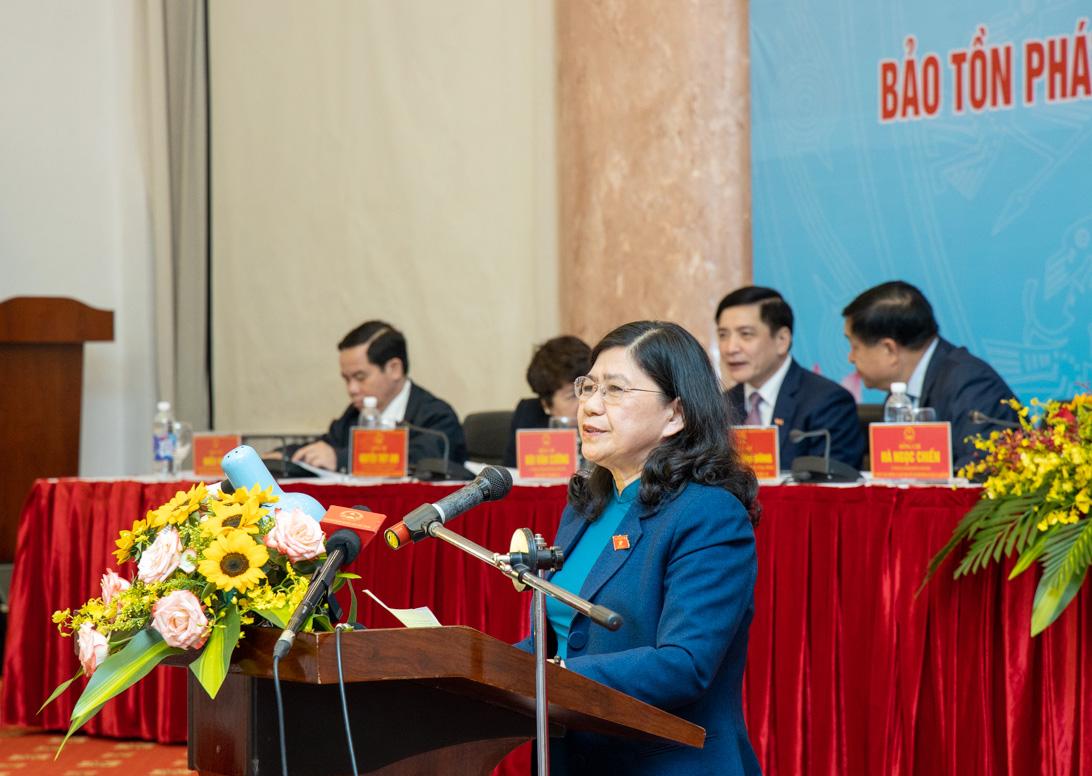Tiến sĩ Hoàng Thị Hoa, Phó Chủ nhiệm Ủy ban Văn hóa, Giáo dục, Thanh niên, Thiếu niên, Nhi đồng của Quốc Hội phát biểu tại Hội thảo