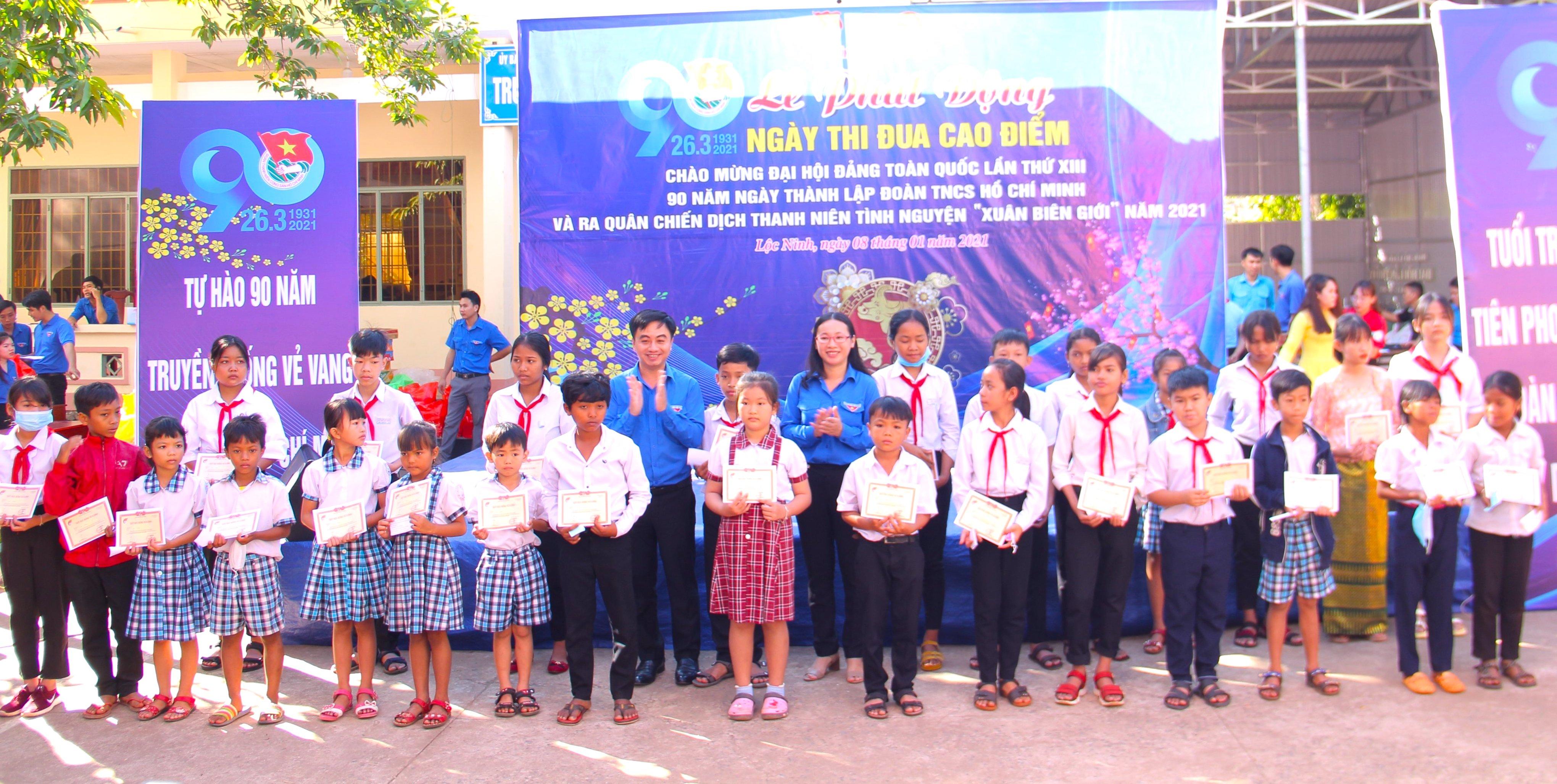 Lãnh đạo Tỉnh Đoàn Bình Phước trao 30 suất học bổng Vừ A Dính cho học sinh vùng biên tại Lễ phát động.