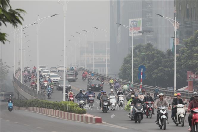 Đường Hoàng Quốc Việt không khí dày đặc tầm nhìn xa hạn chế cho người tham gia giao thông (ảnh chụp sáng 13/11/2019). Ảnh: Thành Đạt/TTXVN