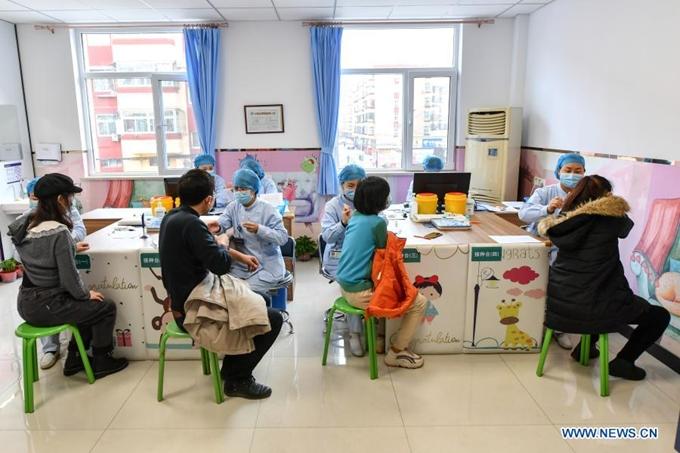 Nhiều nước đang đẩy mạnh việc tiêm chủng vaccine phòng COVID-19 cho người dân. (Ảnh: Xinhua)