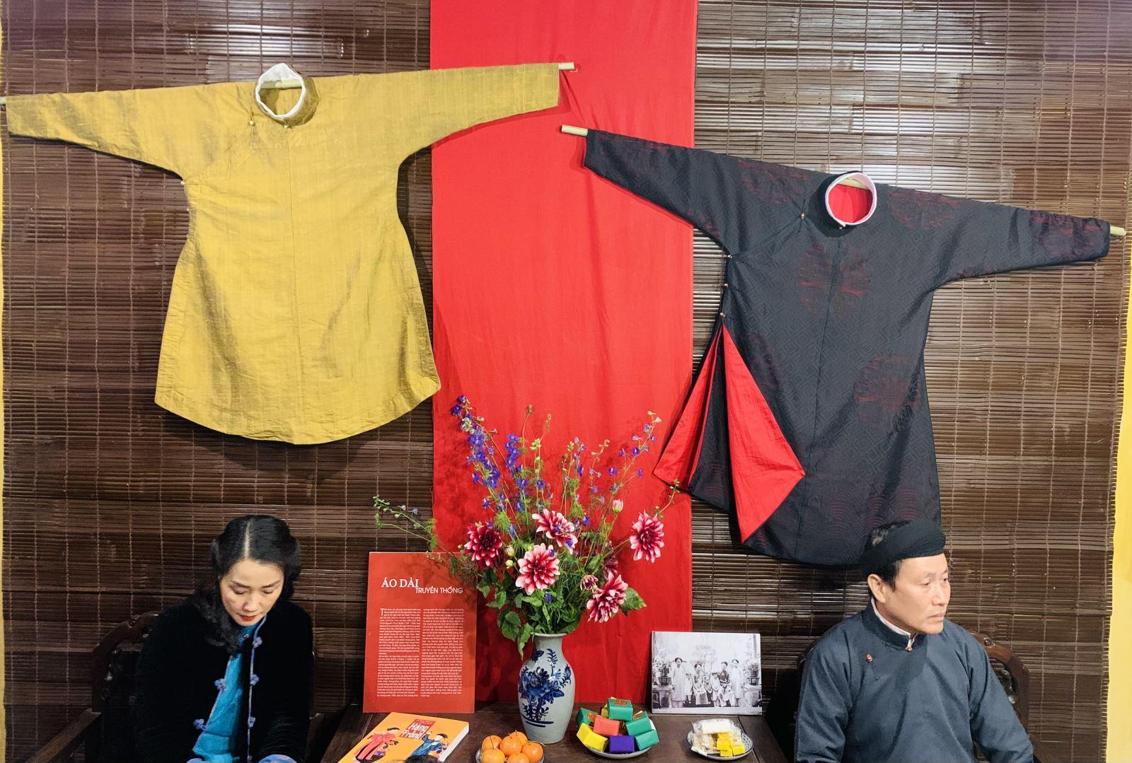 Mẫu áo dài Ngũ thân tay chẽn chuẩn truyền thống được trưng bày để công chúng tìm hiểu về áo dài truyền thống.