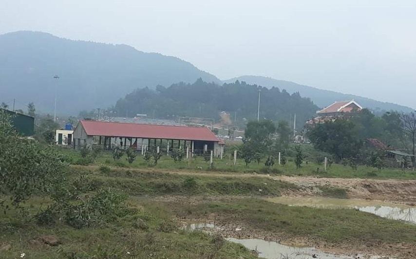 """Toàn cảnh khu đất """"nhếch nhác"""" án ngữ trước khu du lịch chùa Hương"""