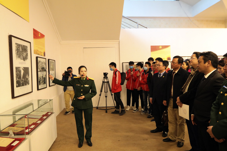 Các đại biểu tham quan gian trưng bày tại Triển lãm.