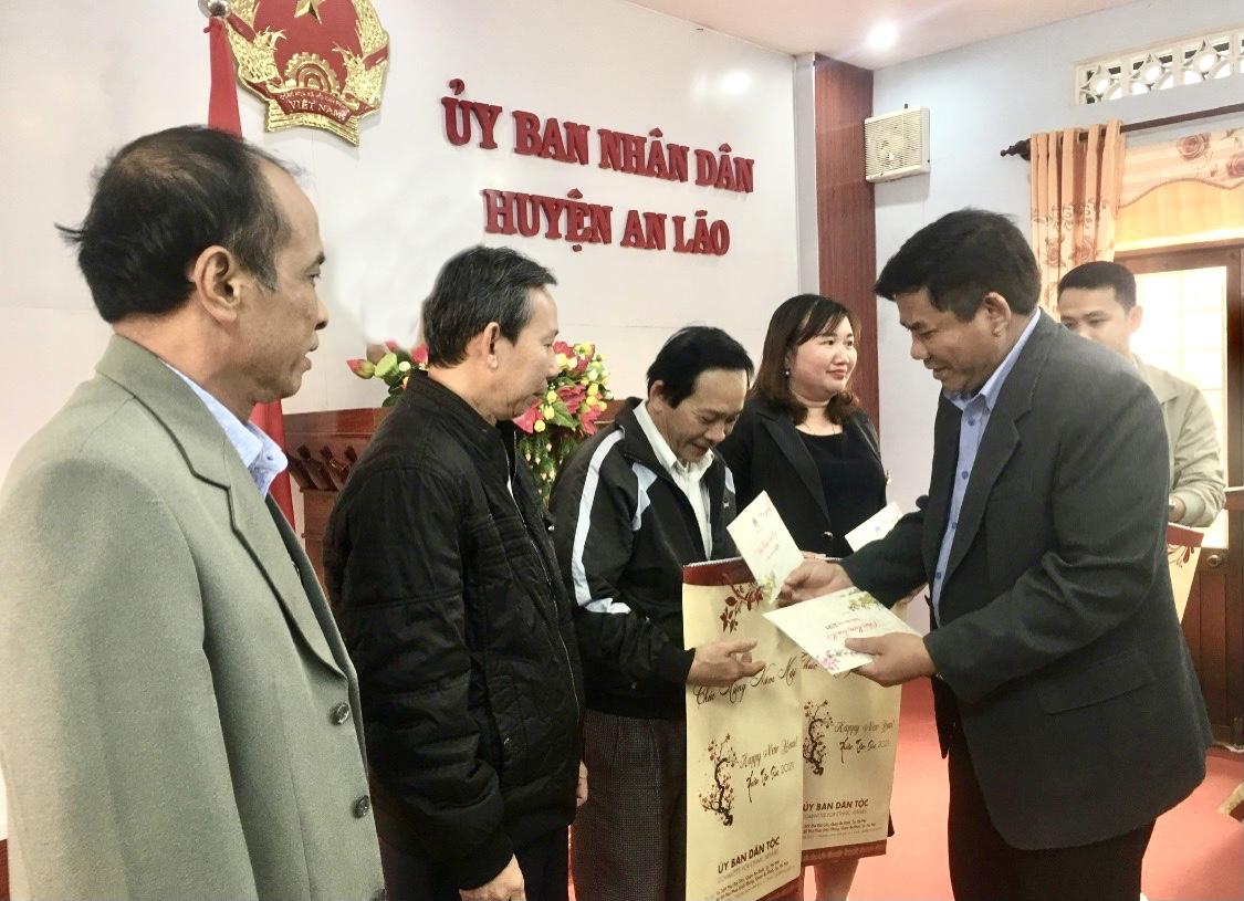 Thứ trưởng, Phó Chủ nhiệm Y Thông tặng quà cho đại diện Văn phòng HĐND- UBND huyện An Lão và các trường học
