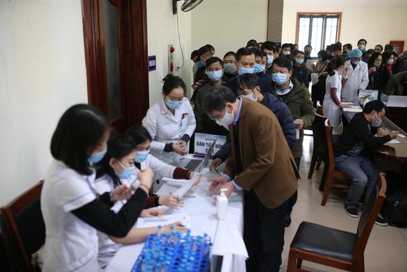 Hơn 350 phóng viên, biên tập viên, kỹ thuật viên các cơ quan báo chí khu vực Hà Nội làm thủ tục xét nghiệm COVID-19 tại Ban Tuyên giáo Trung ương chiều 18-1 - Ảnh: N.Y.