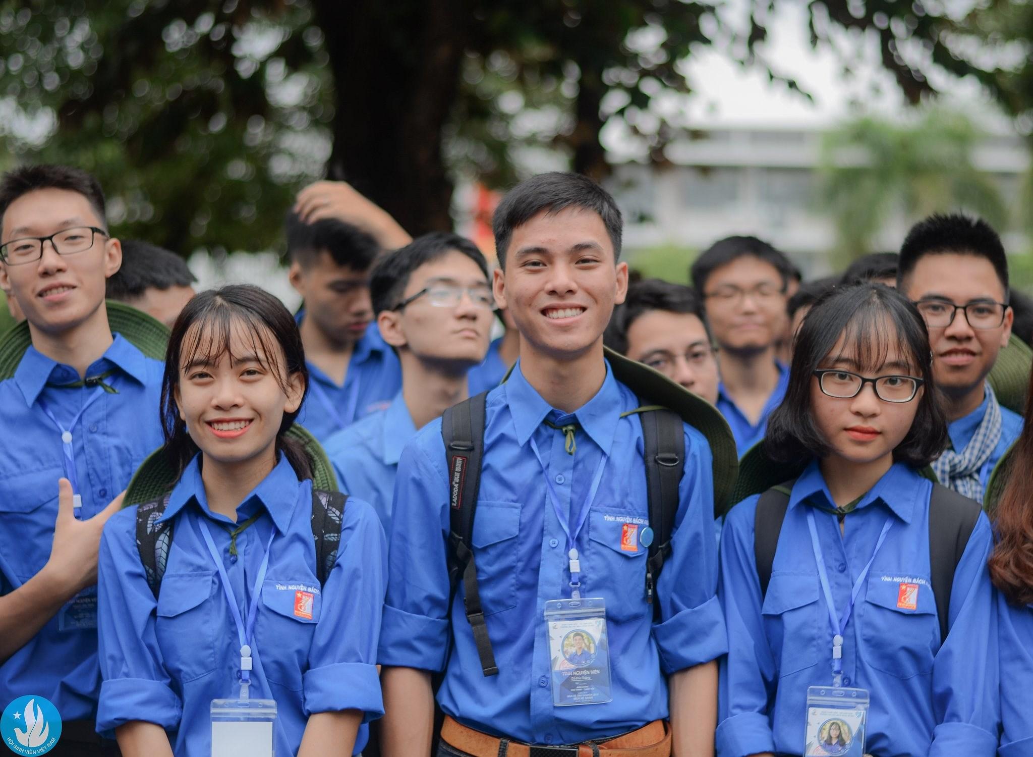Đảng viên trẻ Đỗ Đức Thắng (đứng giữa), Đại học Bách khoa Hà Nội. (Ảnh: PV)