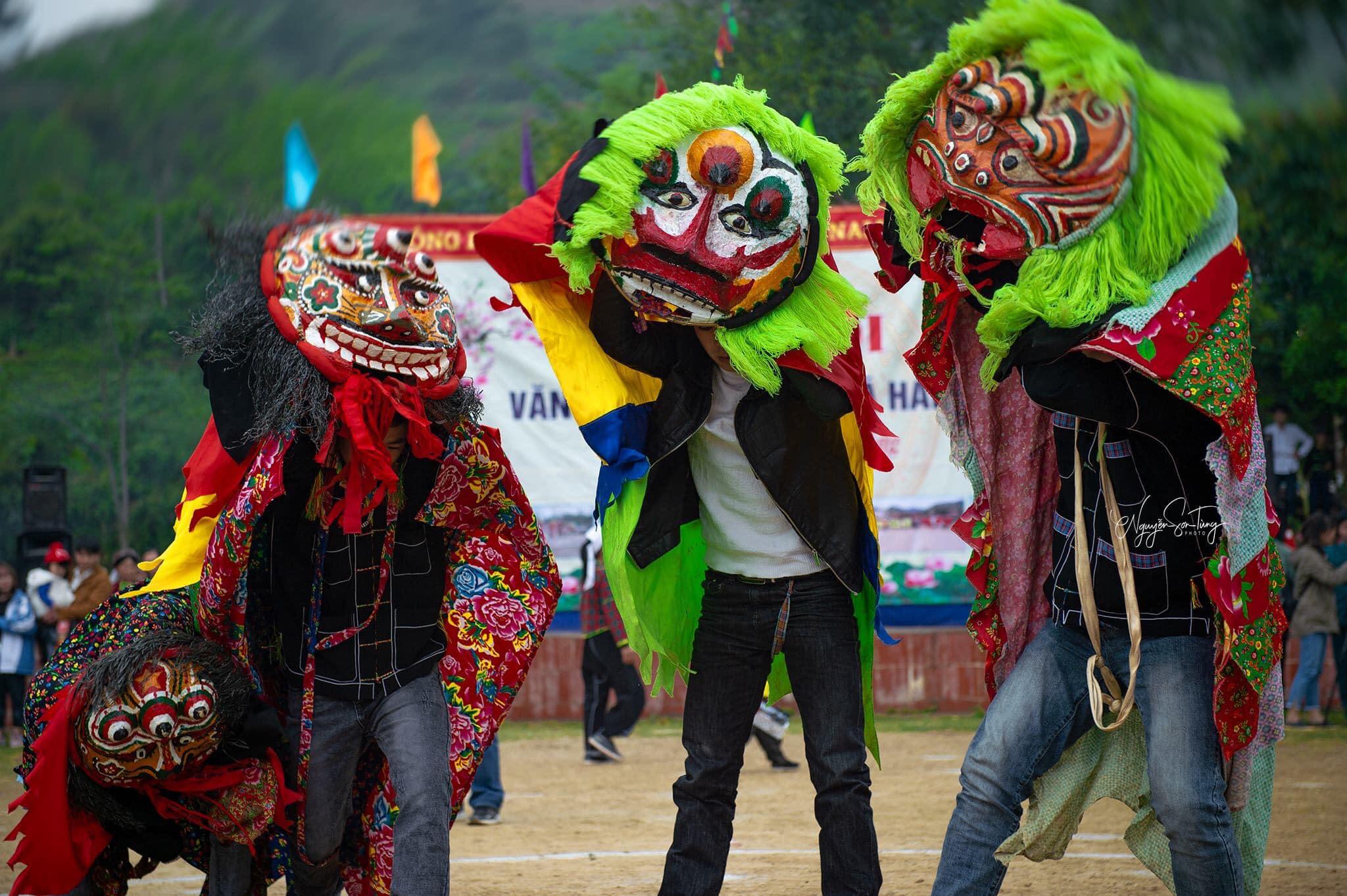 Đội múa ky lằn biểu diễn trong Lễ hội Lồng tồng xã Hải Yến, huyện Cao Lộc (Ảnh: NST)