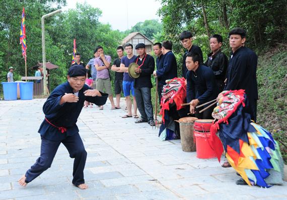 Một đội ky lằn đang tập luyện các bài võ. (Ảnh: HVB)