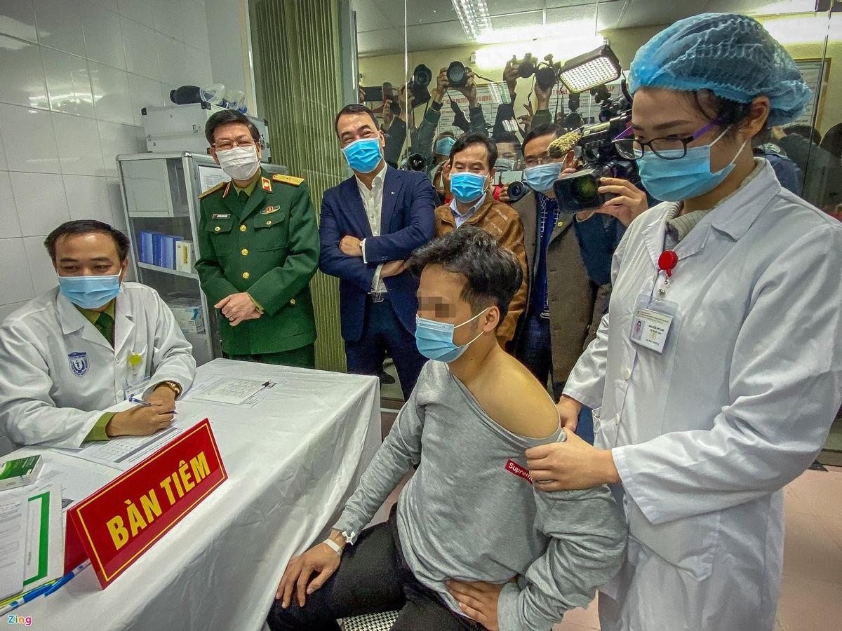 Tình nguyện viên tham gia tiêm thử nghiệm vaccine Covid-19 đầu tiên hôm 17/12. Ảnh: Việt Linh