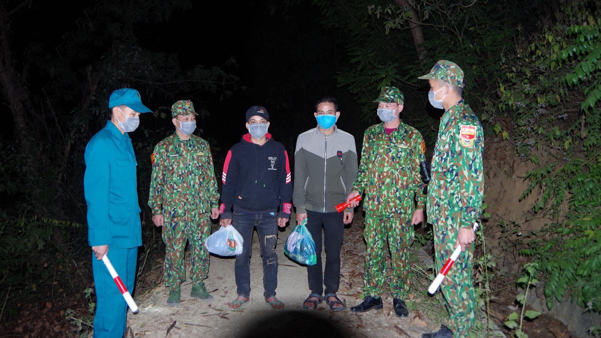 Các đối tượng khai nhận trước đó đã xuất cảnh sang Lào để đi làm thuê.