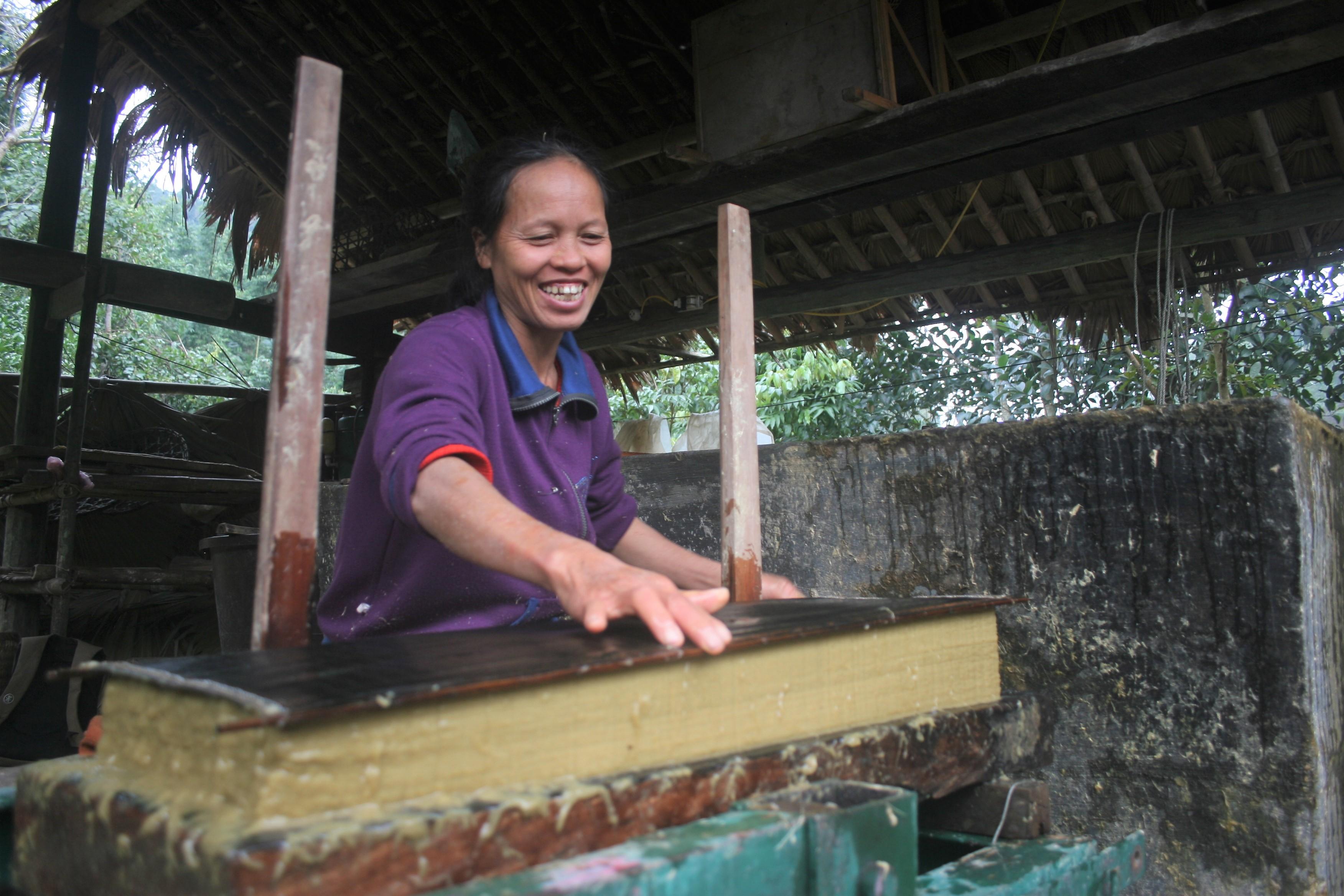 Bà Lê Thị Kim Dung - một người dân thôn Thanh Sơn đã rất vui mừng vì chưa bao giờ giấy gió mất giá.