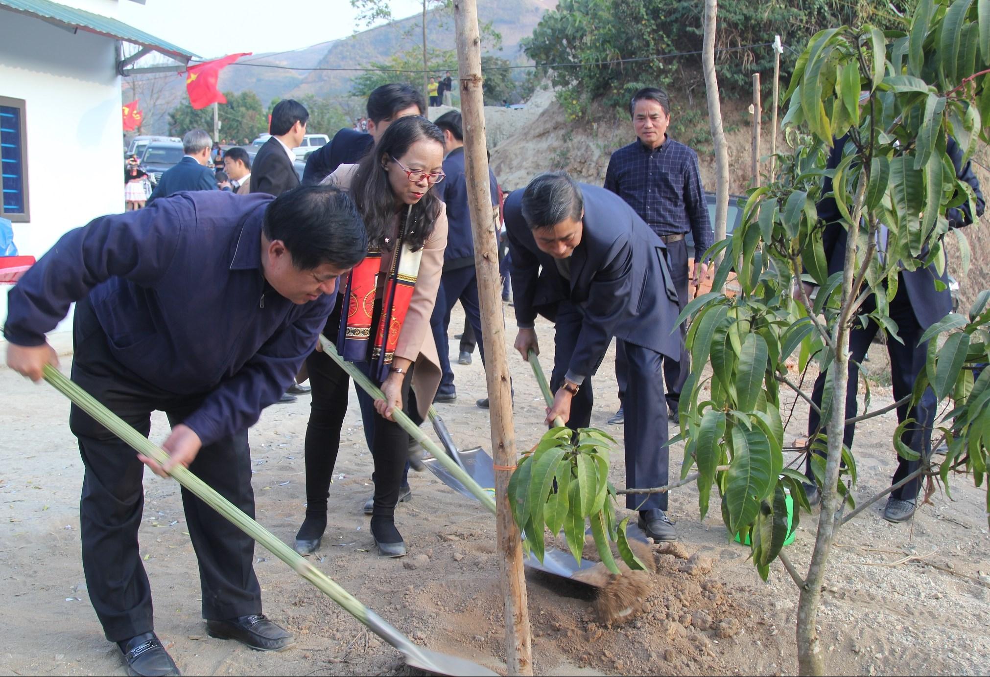 Bộ trưởng Bộ Kế hoạch và Đầu tư Nguyễn Chí Dũng, Thứ trưởng, Phó Chủ nhiệm UBDT Hoàng Thị Hạnh cùng lãnh đạo tỉnh Sơn La trồng cây ăn quả tặng hộ đồng bào DTTS