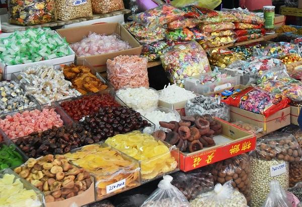Nhiều loại bánh kẹo bày bán không được ghi thông tin xuất xứ sản phẩm. Ảnh: VGP/Bích Phương