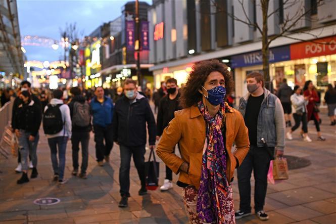 Người dân đeo khẩu trang phòng dịch COVID-19 tại Newcastle-upon-Tyne, phía Đông Bắc vùng England ngày 19/12/2020. Ảnh: AFP/TTXVN