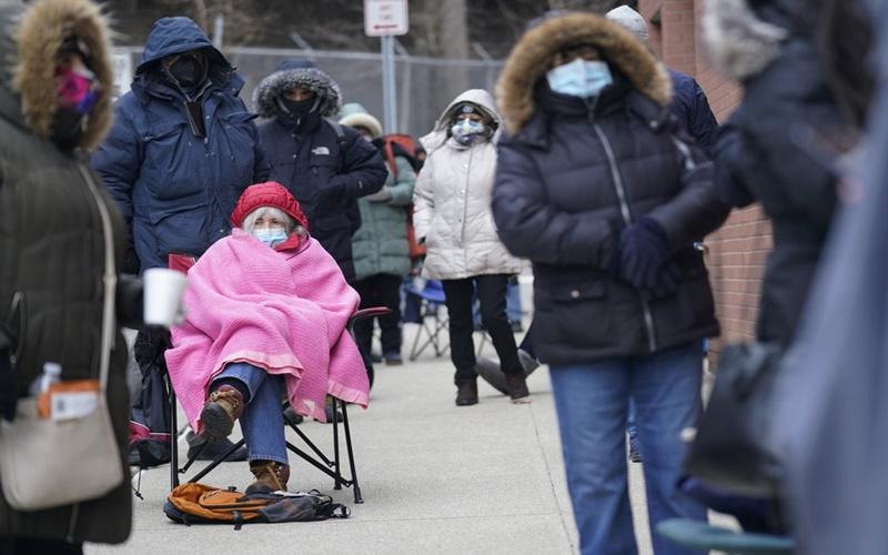Người dân Mỹ xếp hàng chờ tiêm vaccine ngừa Covid-19. (Ảnh: AP)
