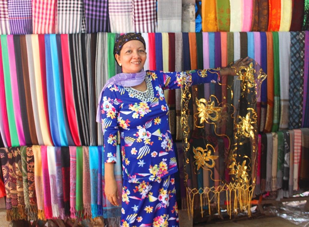 Chị Zây Mah (ấp Phũm Soài – Châu Phong) làm du lịch cộng đồng, giới thiệu với du khách những sản phẩm dệt thổ cẩm Châu Giang.