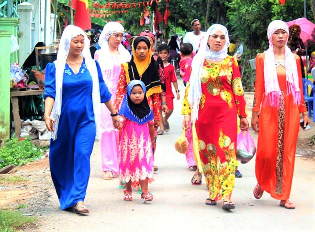 Trong những ngày Tết các cô gái đều khoác trên mình những bộ trang phục truyền thống đẹp nhất để đi du Xuân