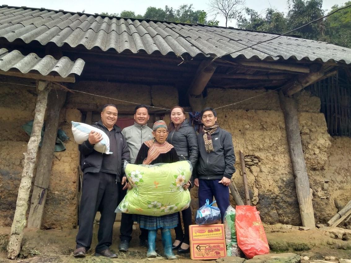 Đảng viên Giàng A Hải (người đứng thứ hai phía sau từ trái qua) đã tổ chức được nhiều chương trình thiện nguyện đến với bà con nghèo vùng cao.