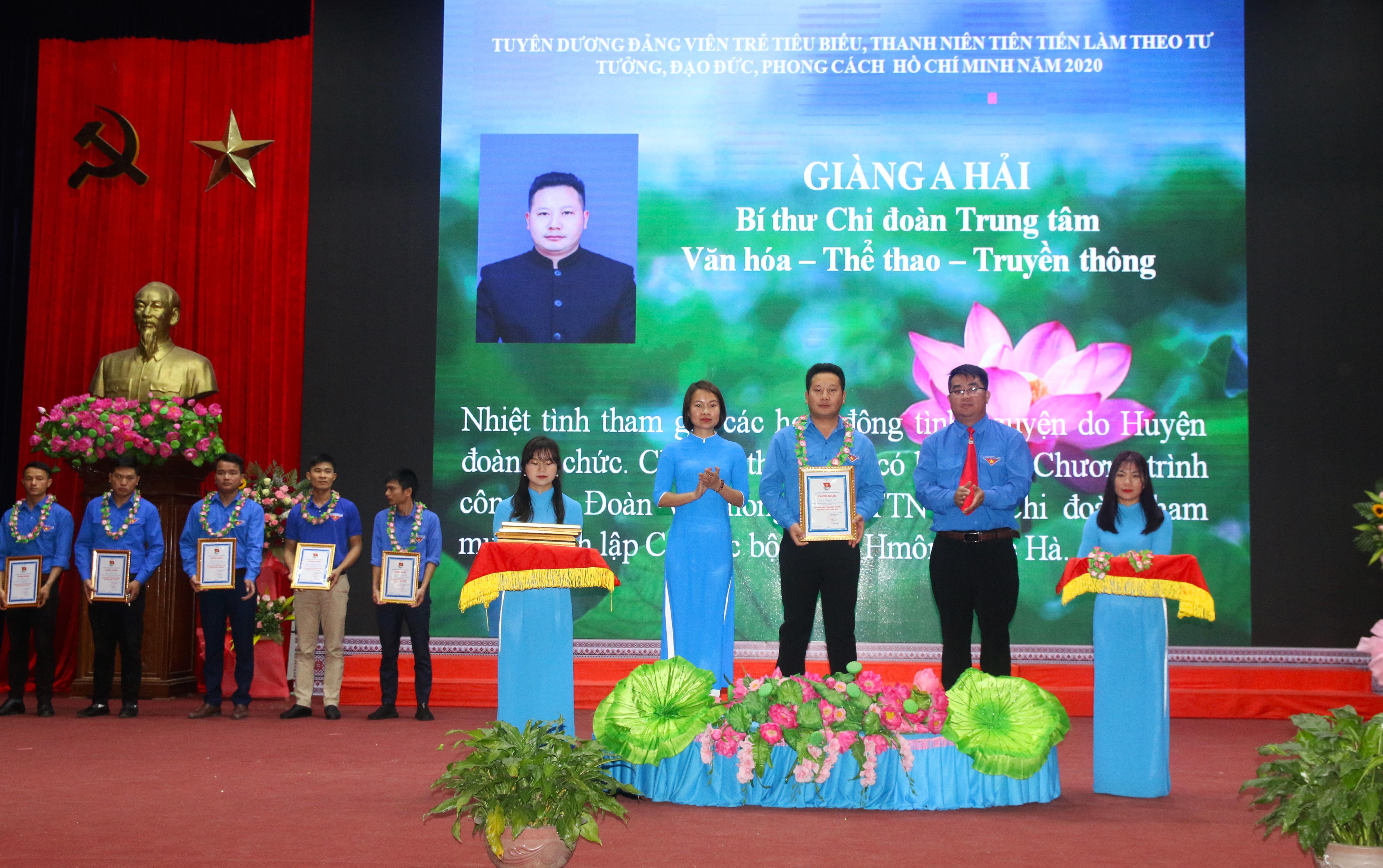 """Giàng A Hải (đứng thứ ba từ phải qua trái) là một trong số 70 đảng viên trẻ tiêu biểu của huyện Bắc Hà năm 2020 được biểu dương về thành tích """"Học tập và làm theo tư tưởng, đạo đức, phong cách Hồ Chí Minh""""."""