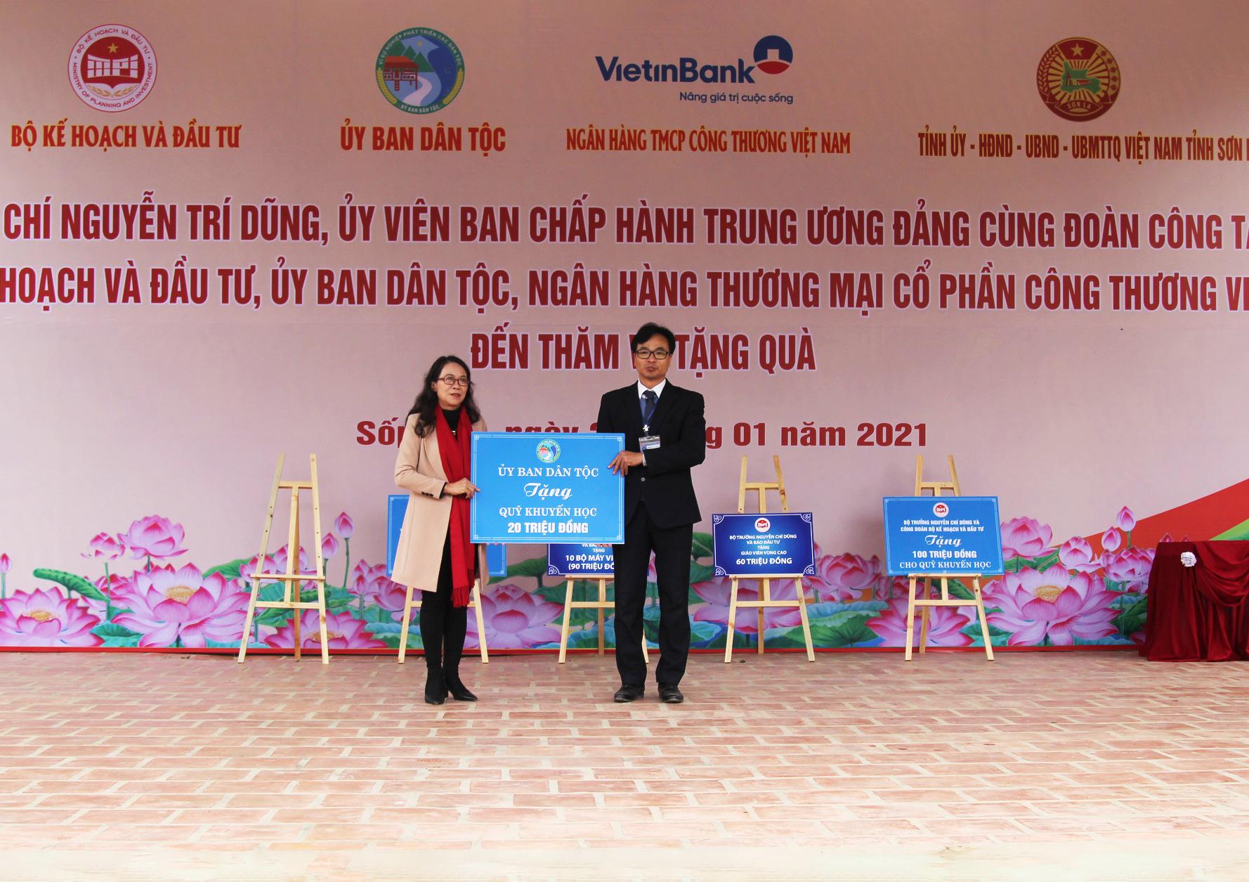 Thứ trưởng, Phó Chủ nhiệm Hoàng Thị Hạnh trao tặng cho Trường Phổ thông DTNT THCS xã Mường Lạn 20 triệu đồng