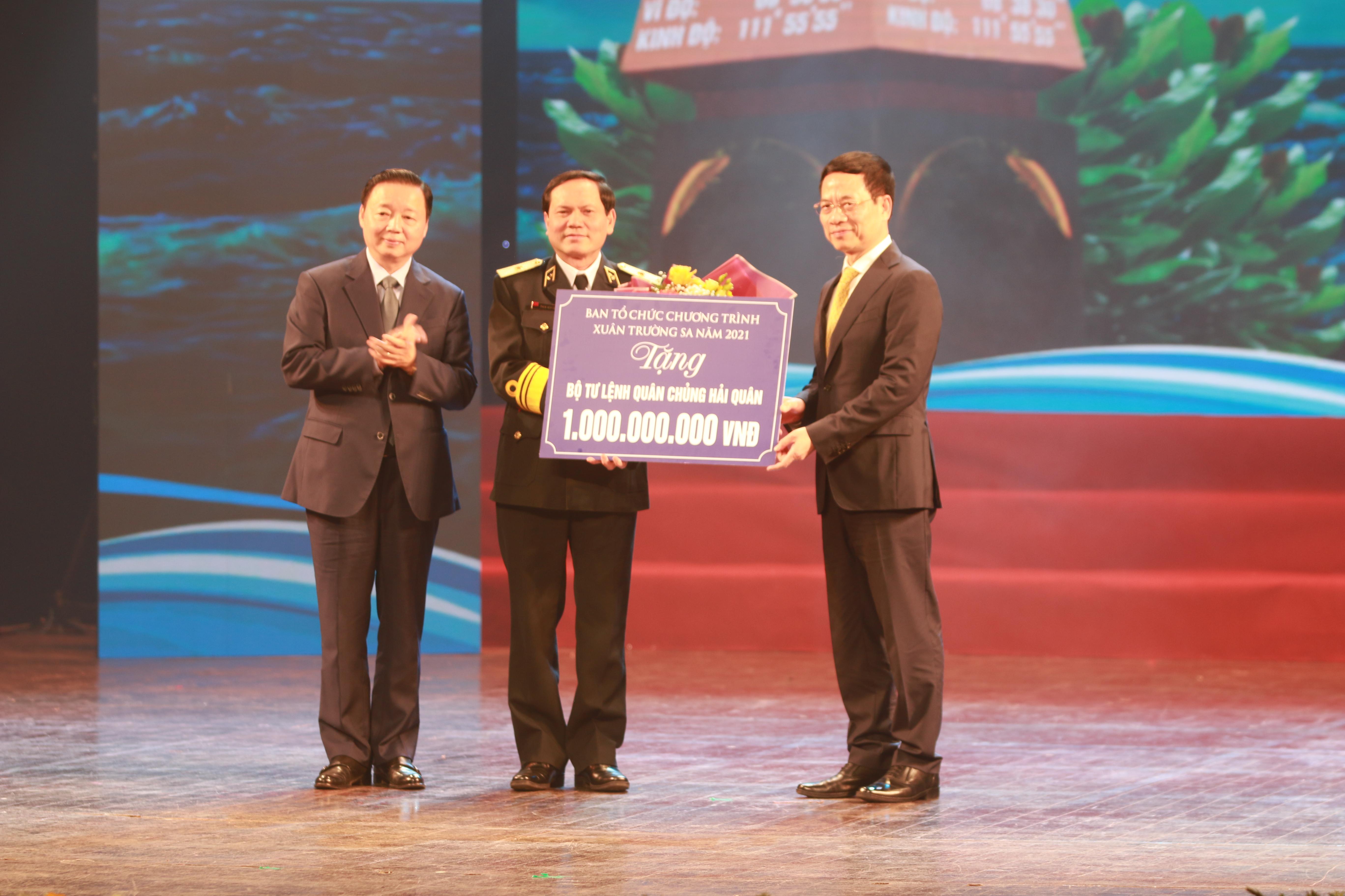 Ông Nguyễn Mạnh Hùng, Bộ trưởng Bộ Thông tin và Truyền thông và ông Trần Hồng Hà, Bộ trưởng Bộ Tài nguyên Môi trường trao quà của Ban Tổ chức Chương trình Xuân Trường Sa năm 2021 cho Bộ Tư lệnh Quân chủng Hải Quân