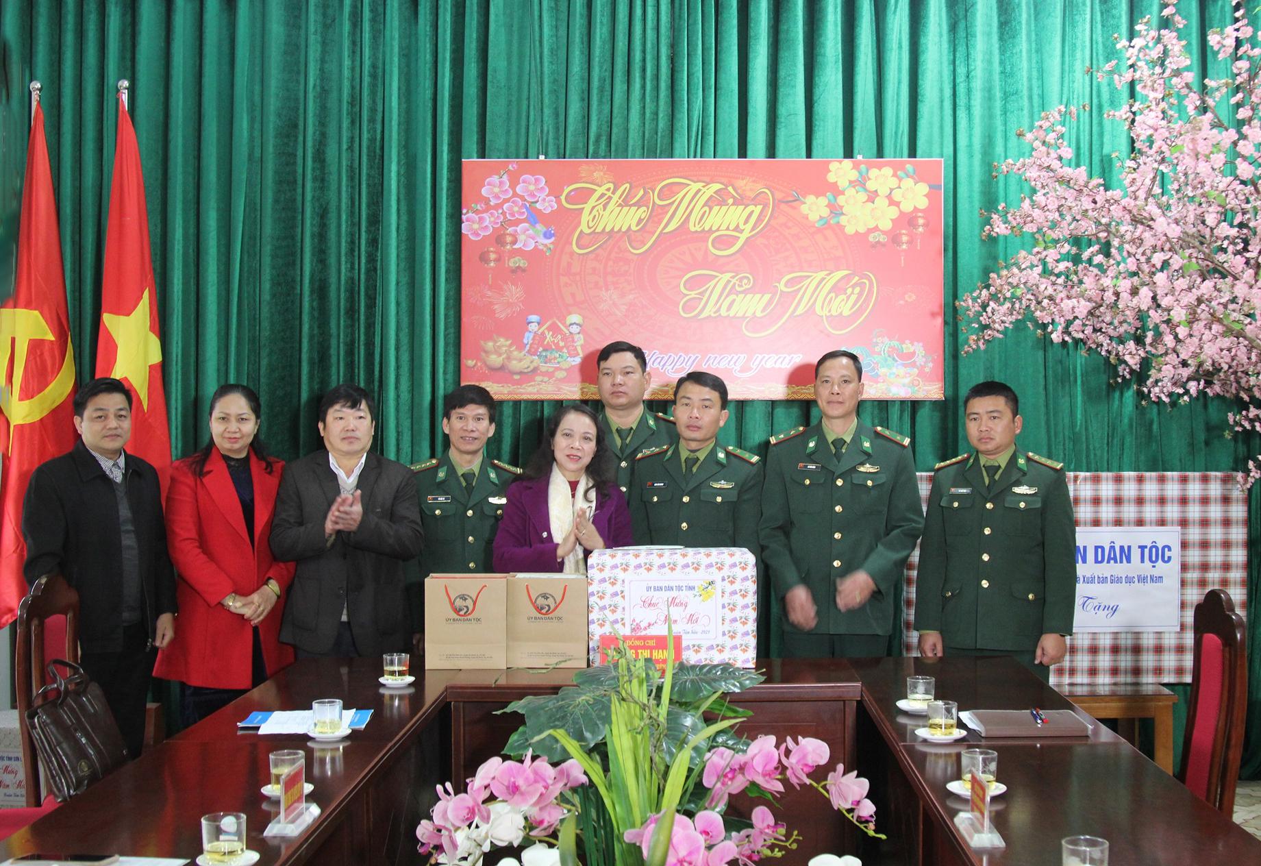 Thứ trưởng, Phó Chủ nhiệm Hoàng Thị Hạnh tặng quà Đồn Biên Phòng Nậm Lạnh