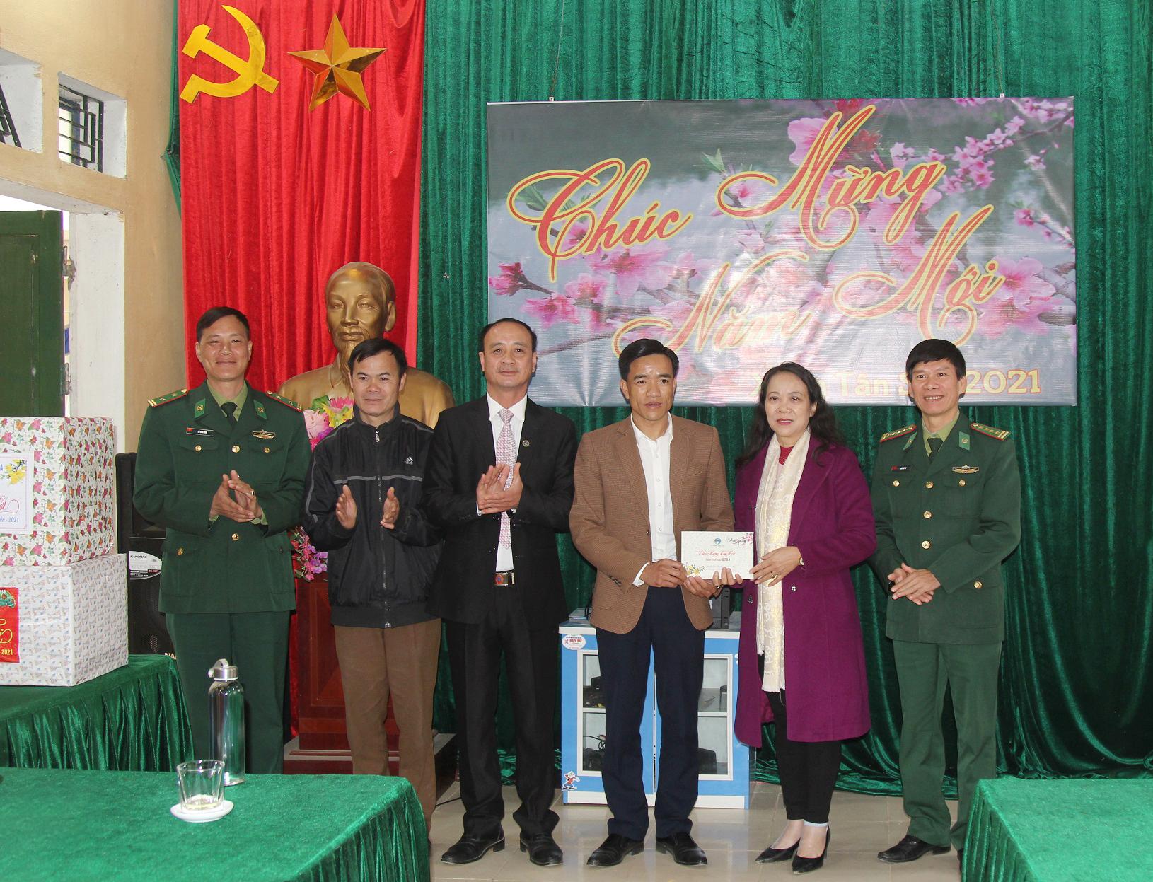 Thứ trưởng, Phó Chủ nhiệm Hoàng Thị Hạnh trao quà cho Quỹ khuyến học xã Mường Và