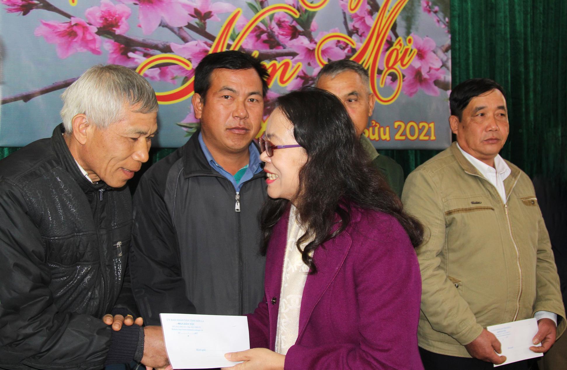 Thư trưởng, Phó Chủ nhiệm Hoàng Thị Hạnh trao quà cho Người có uy tín xã Mường Và