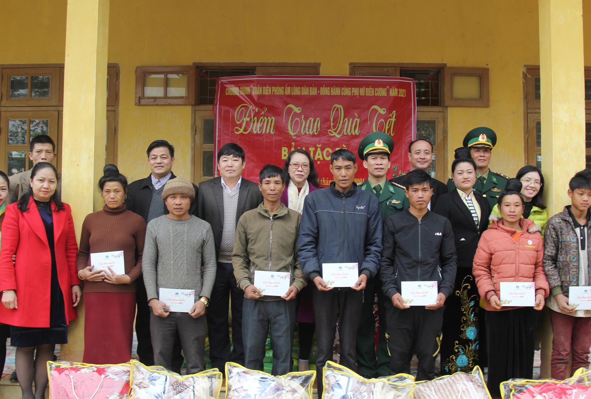 Thứ trưởng, Phó Chủ nhiệm Hoàng Thị Hạnh tặng quà Tết người dân bản Tặc Tè