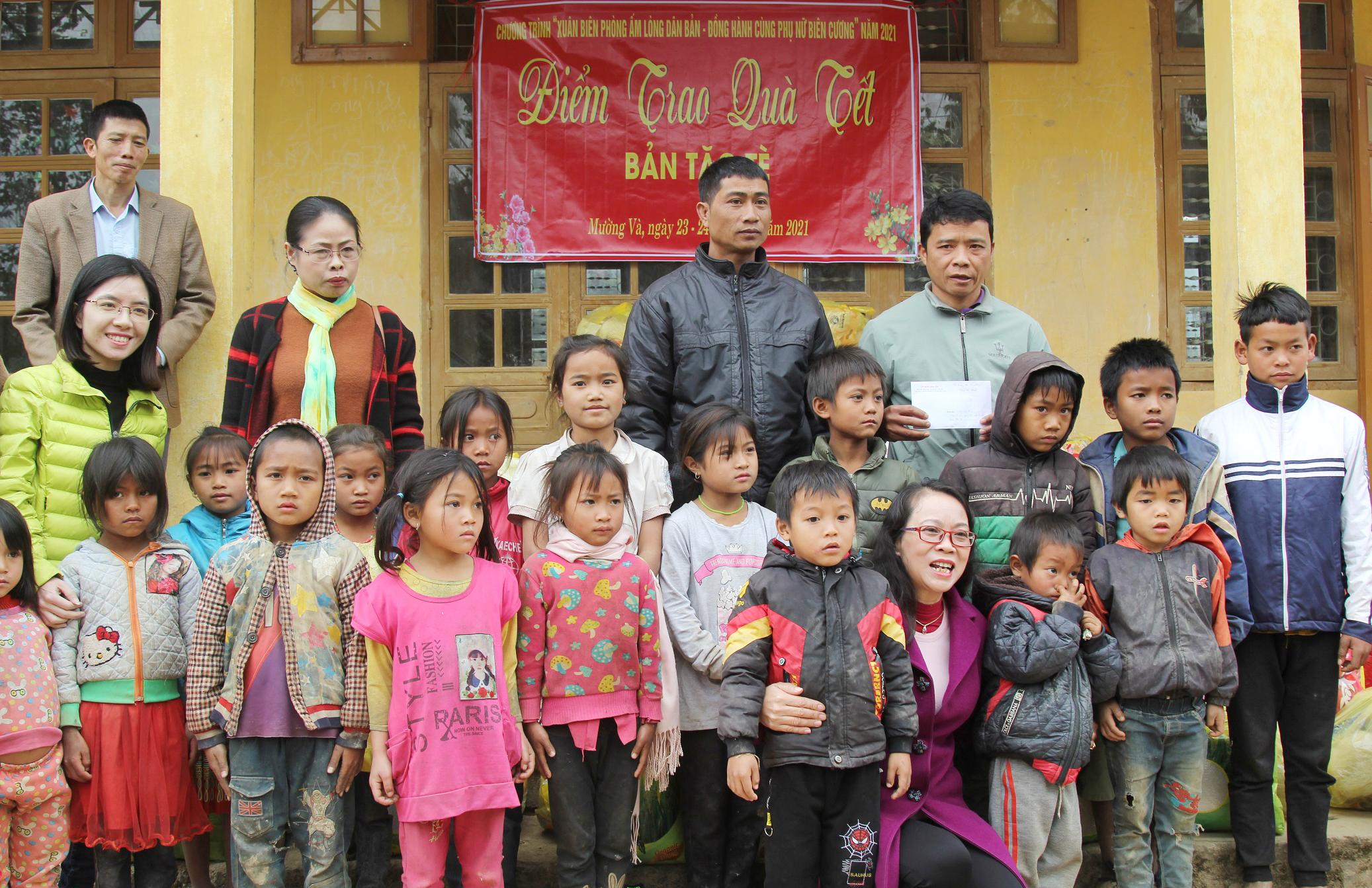 Thứ trưởng, Phó Chủ nhiệm Hoàng Thị Hạnh trao tặng số tiền để mua áo khoác mùa đông và giày cho trẻ em bản Tặc Tè