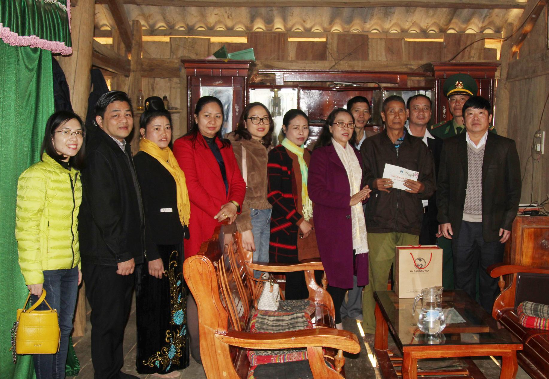 Thứ trưởng, Phó Chủ nhiệm Hoàng Thị Hạnh tặng quà hộ gia đình chính sách trên địa bàn xã Mường Và.