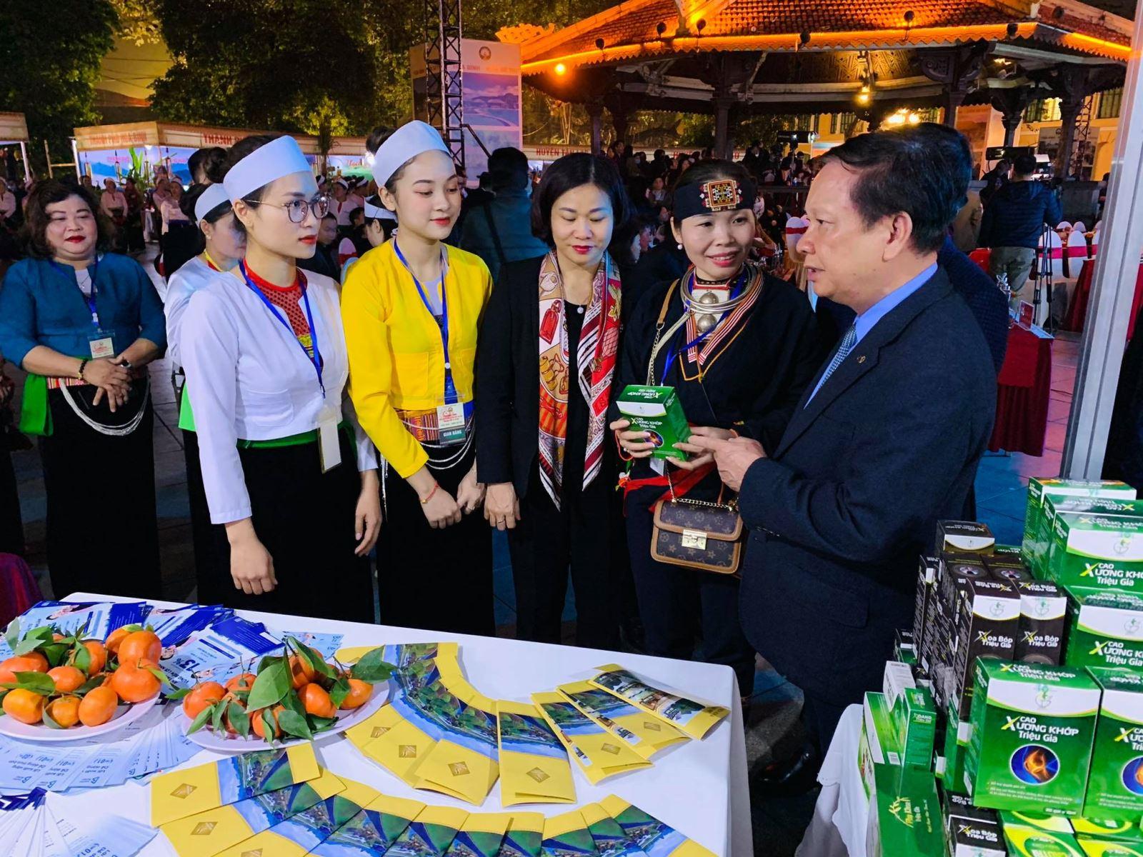 Các đại biểu thăm quan các gian trưng bày sản phẩm du lịch, đặc sản địa phương và trình diễn các nghề truyền thống.