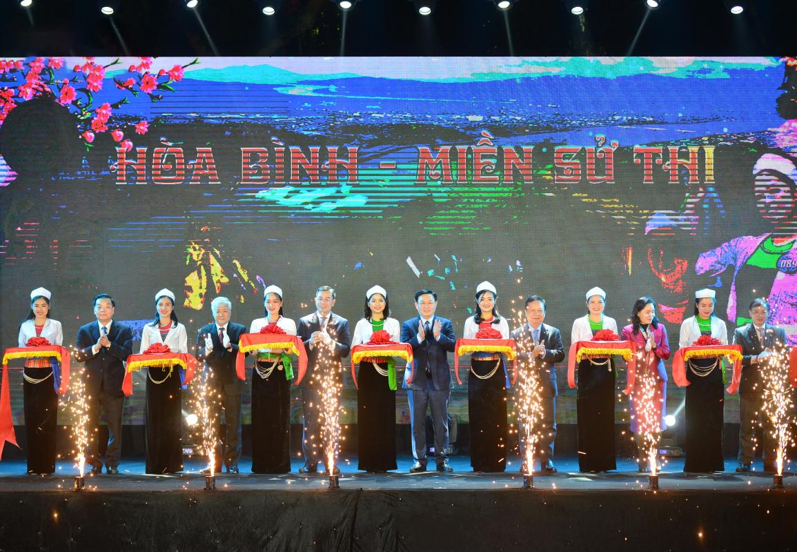 Đại diện lãnh đạo các Bộ, ngành Trung ương, TP. Hà Nội và tỉnh Hòa Bình cắt băng khai mạc Ngày hội