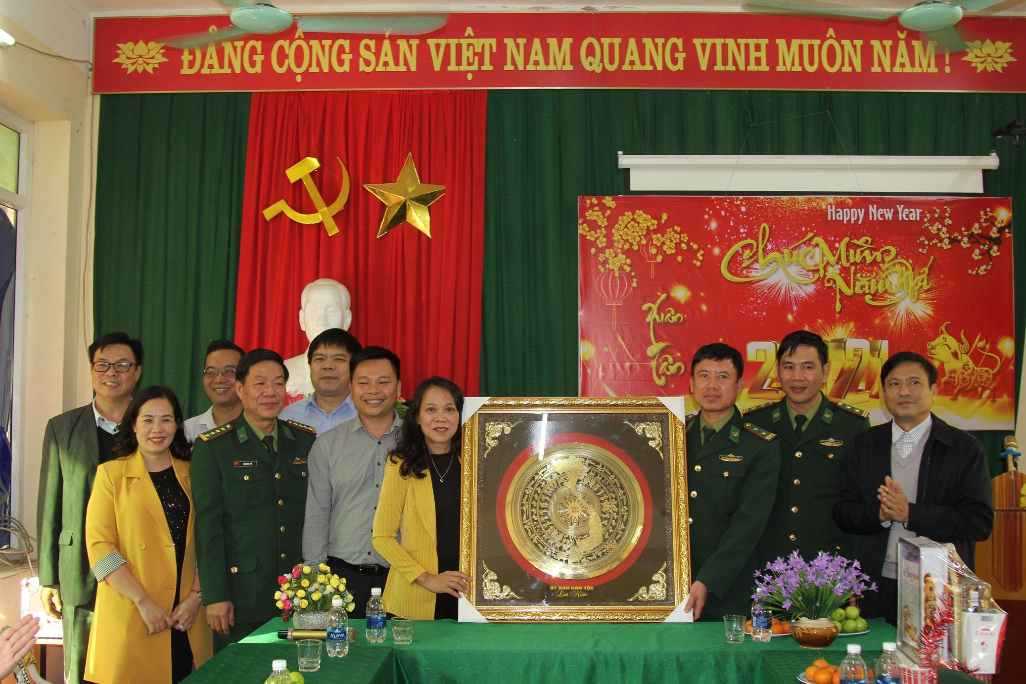 Thứ trưởng, Phó Chủ nhiệm Hoàng Thị Hạnh và đại diện Cục Chính trị BĐBP tặng quà Đồn Biên phòng Pù Nhi
