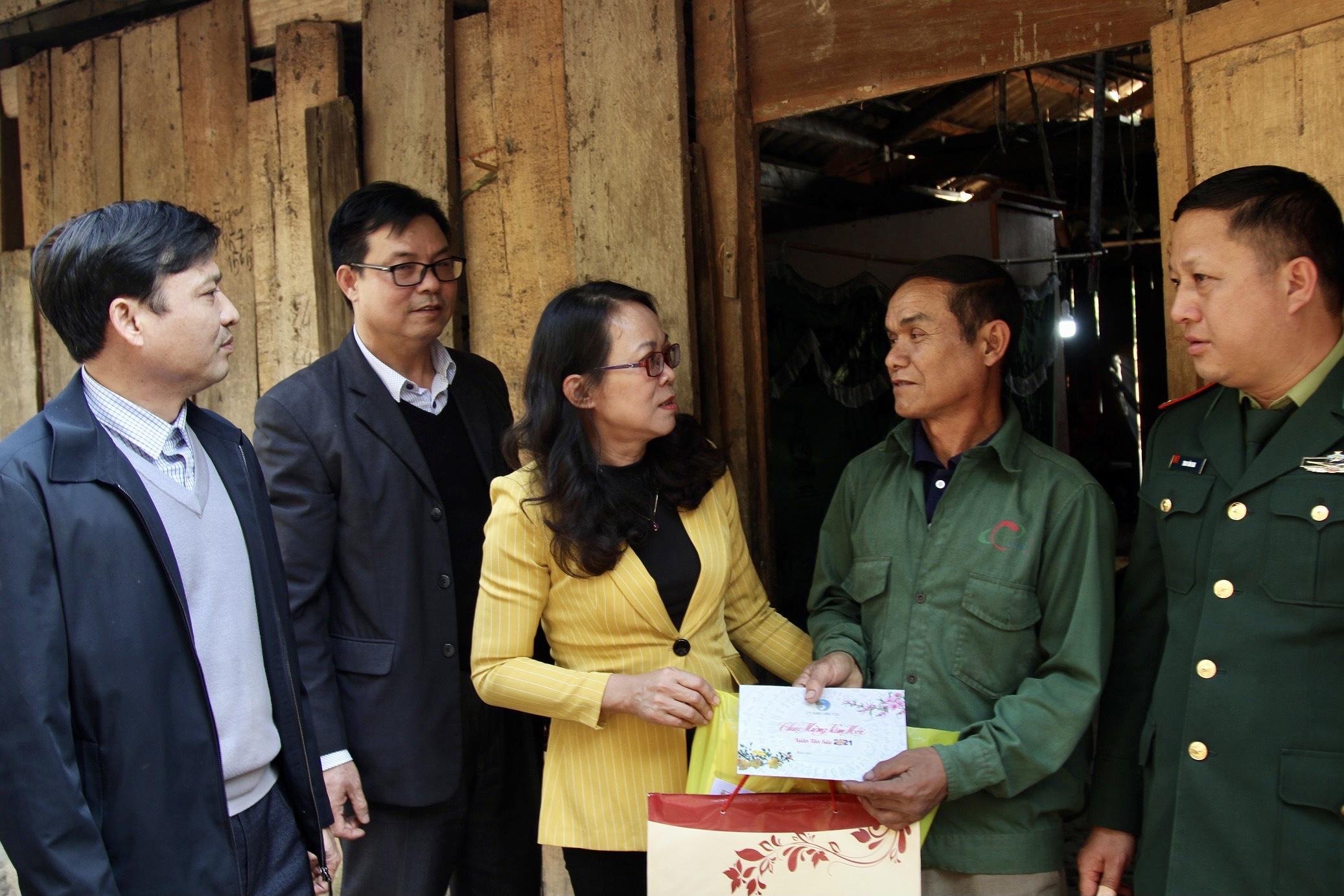 Thứ trưởng, Phó Chủ nhiệm Hoàng Thị Hạnh tặng quà hộ gia đình chính sách trên địa bàn xã Pù Nhi, huyện Mường Lát