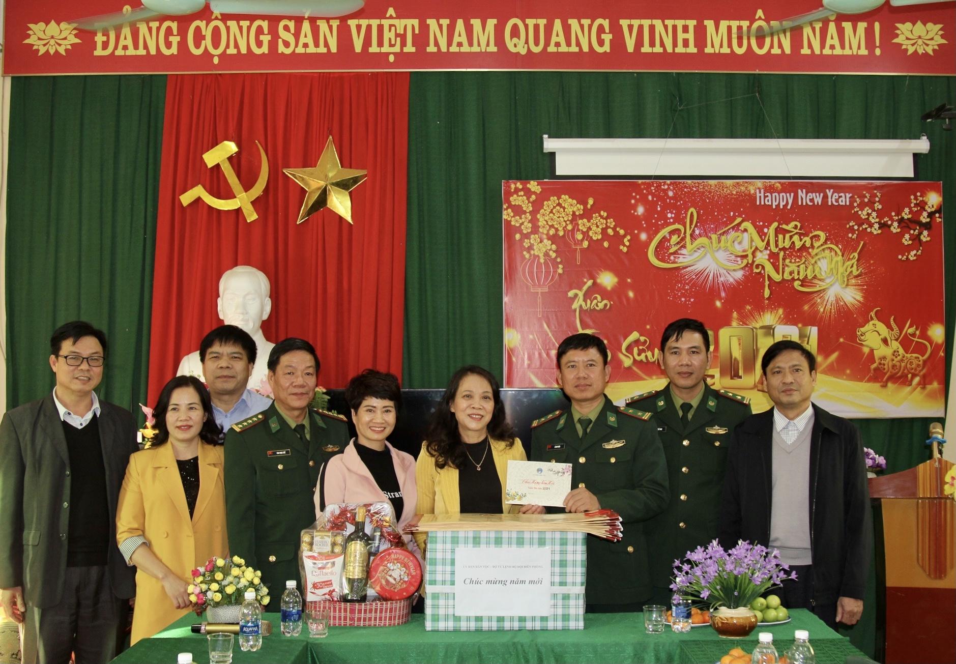 Thứ trưởng, Phó Chủ nhiệm Hoàng Thị Hạnh tặng quà Đồn Biên phòng Pù Nhi