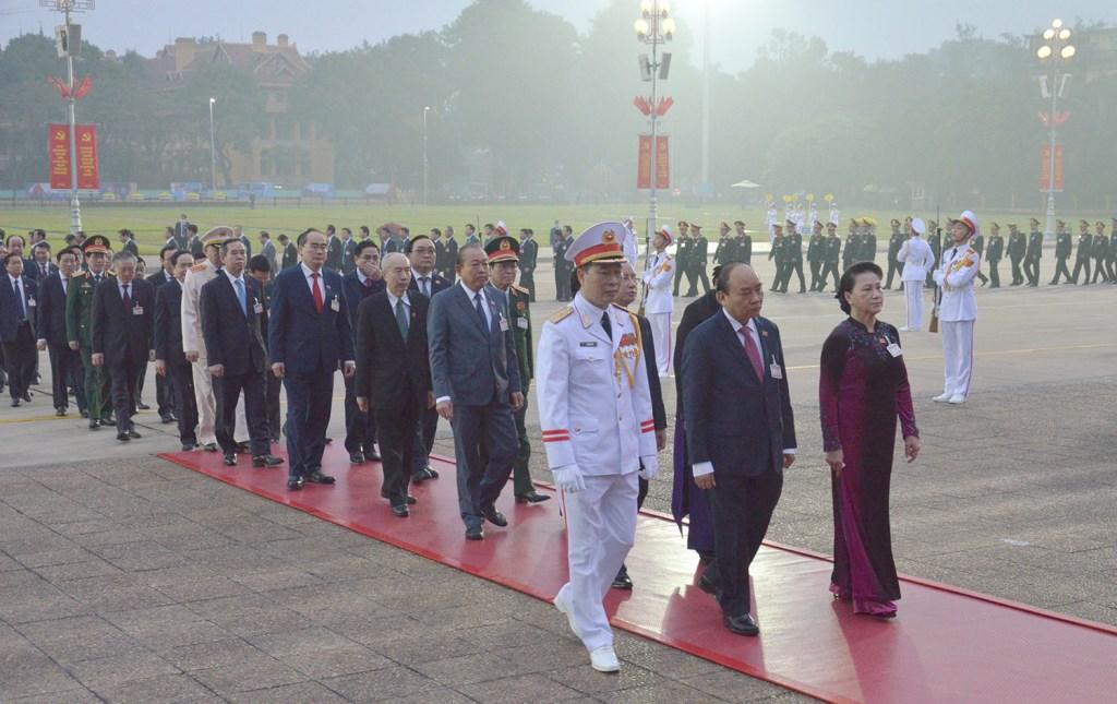 Các đồng chí Lãnh đạo Đảng, Nhà nước cùng đại biểu dự Đại hội XIII của Đảng đặt vòng hoa và vào Lăng viếng Chủ tịch Hồ Chí Minh