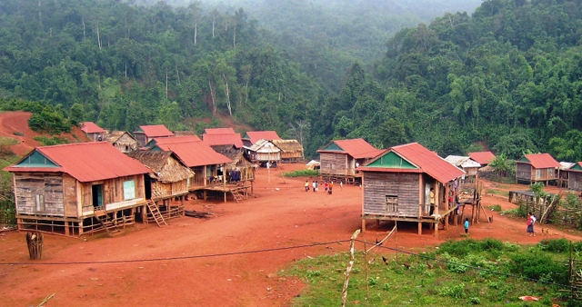 Đời sống của đồng bào dân tộc thiểu số ở Thượng Trạch (Bố Trạch, Quảng Bình) ngày càng được cải thiện, không còn hộ đói nghèo. (Trong ảnh: Một góc bản Cà Roòng 1, xã Thượng Trạch)