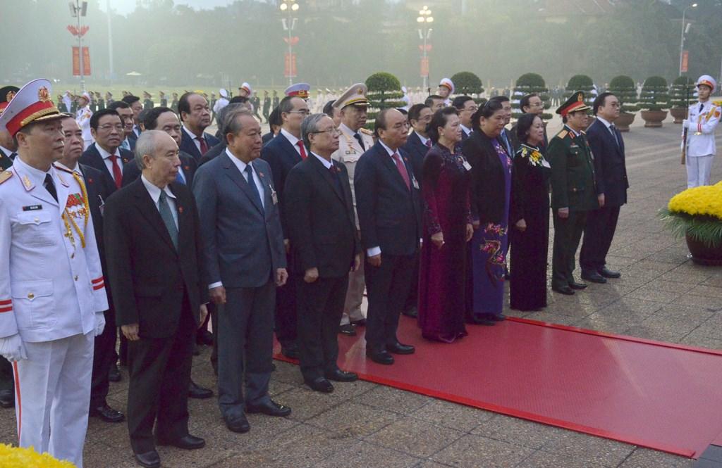 Các đồng chí Lãnh đạo Đảng, Nhà nước cùng đại biểu dự Đại hội XIII của Đảng đặt vòng hoa và dâng hương tại Đài tưởng niệm các Anh hùng liệt sĩ trên đường Bắc Sơn, Hà Nội