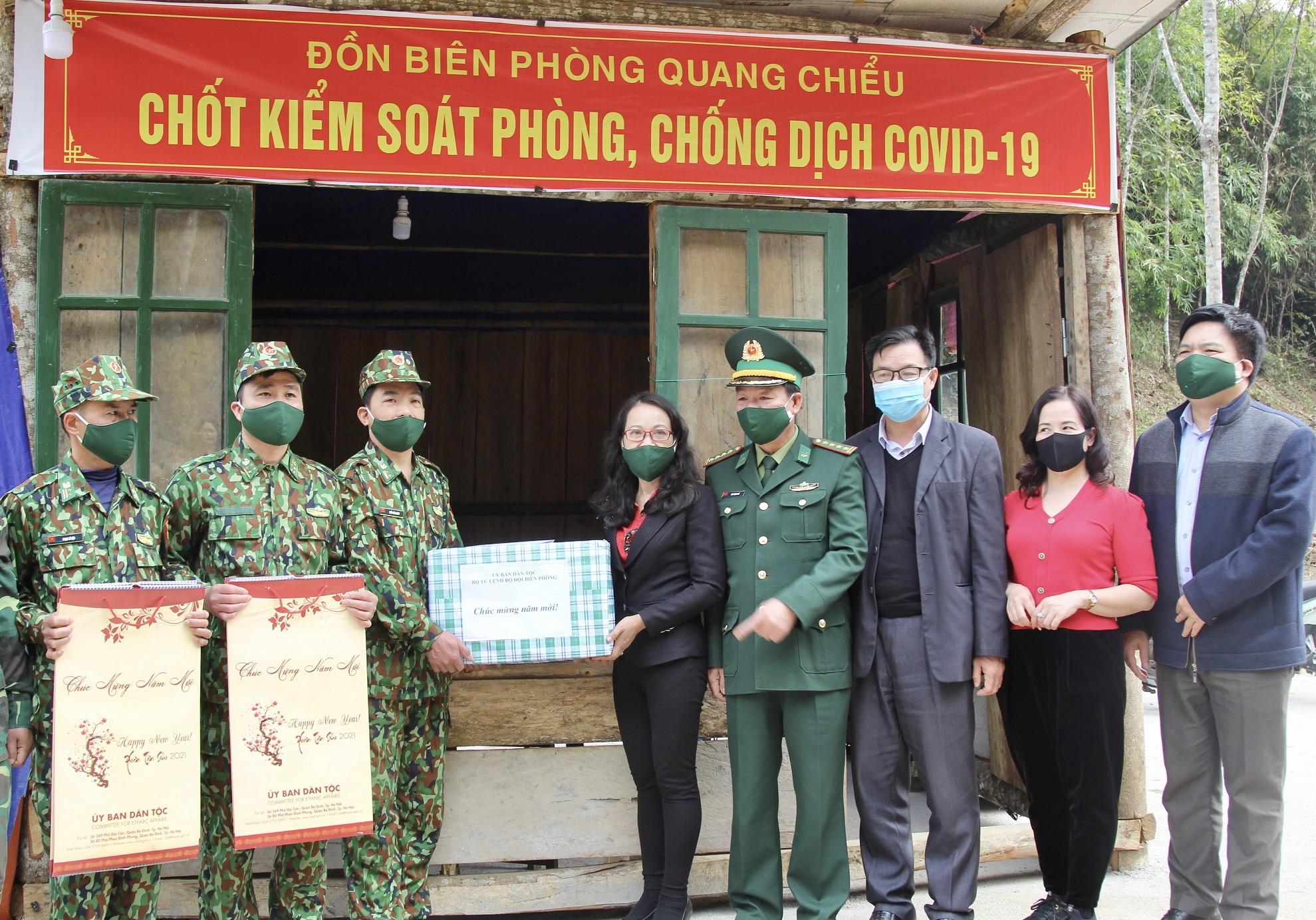 Thứ trưởng, Phó Chủ nhiệm Hoàng Thị Hạnh tặng quà chốt Phòng chống Covid-19 (Đồn Biên phòng Quang Chiểu)