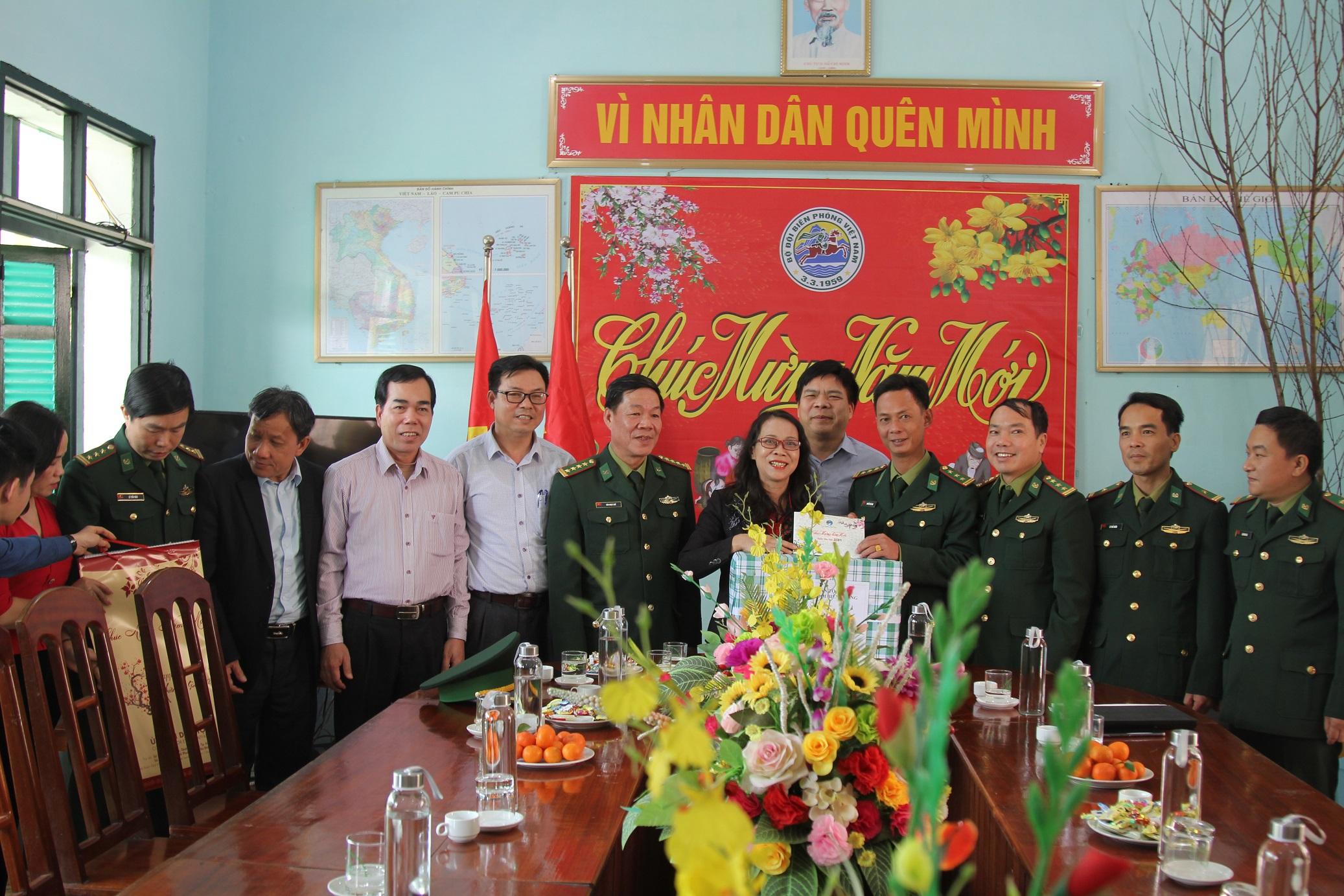 Thứ trưởng, Phó Chủ nhiệm Hoàng Thị Hạnh tặng quà Đồn Biên phòng Quang Chiểu